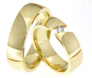 Klassieke trouwringen met een diamant in geelgoud