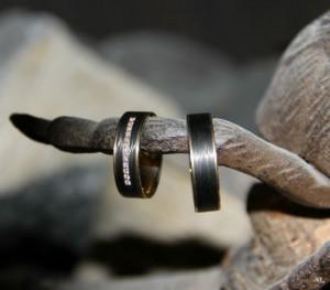 Carbon trouwringen met goud en diamanten