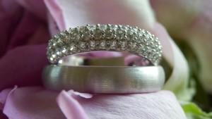 Aparte witgouden trouwringen met diamanten